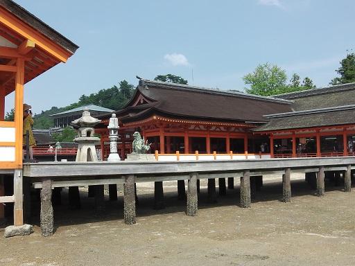 海水が引いた砂浜から厳島神社を眺める