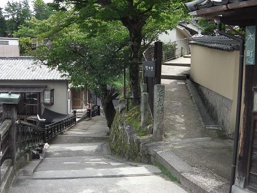 光明院の前の坂道