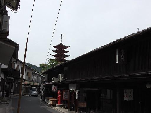 町屋通りから眺めた五重塔
