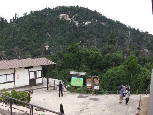獅子岩展望台から弥山山頂を眺める