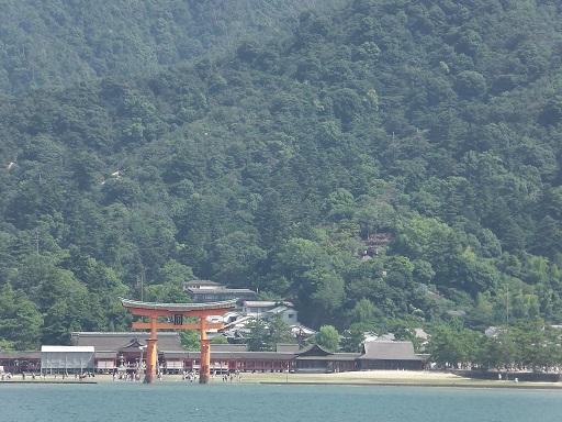 JRフェリーから見た厳島神社と大鳥居