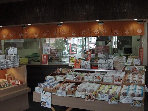高津堂の店内にある多数のもみじ饅頭