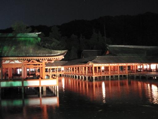 ライトアップされた厳島神社回廊
