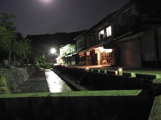 月明かりに照らされる宮島の小路