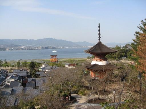 宮島の大鳥居と多宝塔