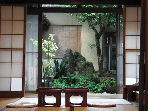 すみれぐさのギャラリーから眺める中庭