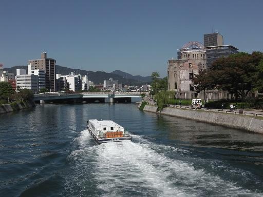 宮島を目指す高速船