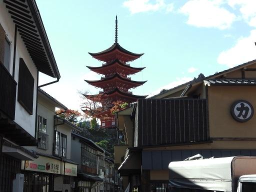 町屋通りから五重塔を見上げる